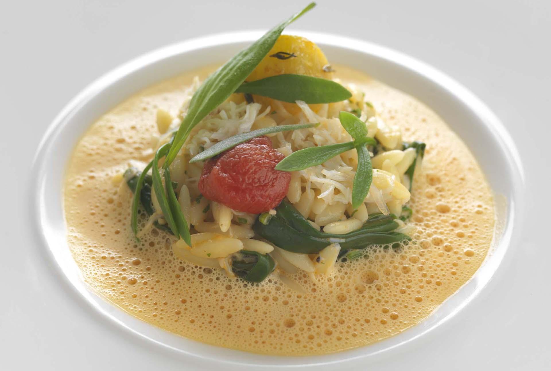 Pâtes orzo au crabe, sauce au crabe, confit de tomates et légumes de la mer