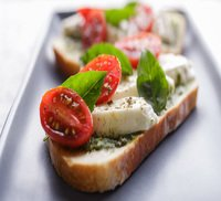 CTartine con tomate, queso mozzarela y pesto