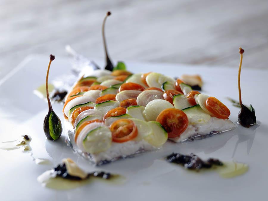 Dorada en escamas de verduras y salsa tapenade
