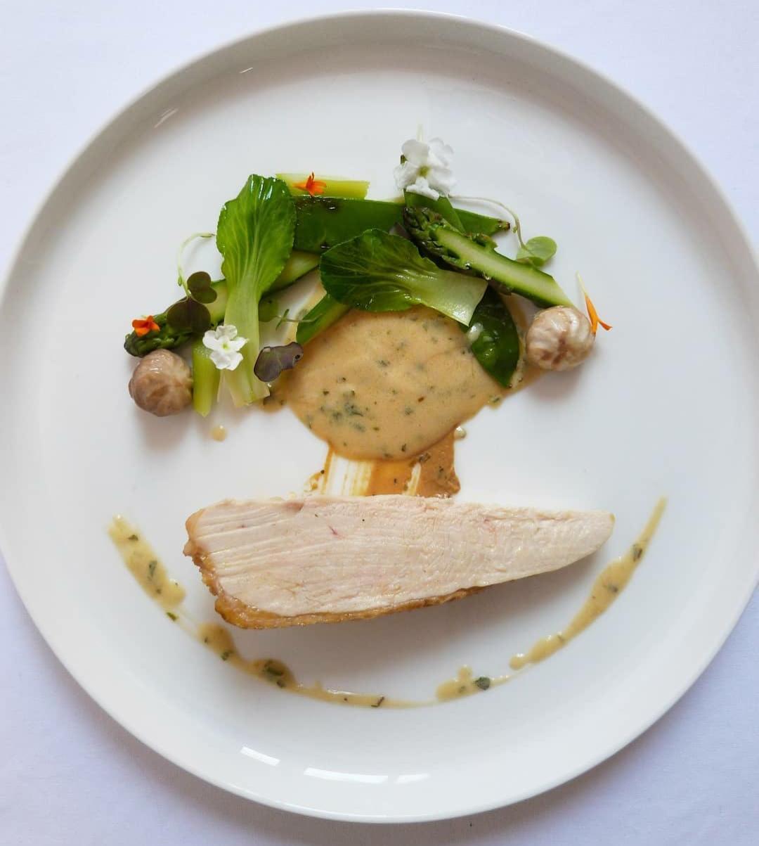 Pollo de corral a la mostaza con verduras de temporada salteadas