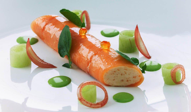 Rollito de salmón ahumado en crema de berros